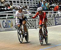 CALI – COLOMBIA – 01-03-2014: Kristina Vogel, (Izq.) de Alemania, medalla de oro, felicita a Tianshi Zhong (Der.) de China, medalla de plata, durante la final del Embalaje Damas en el Velodromo Alcides Nieto Patiño, sede del Campeonato Mundial UCI de Ciclismo Pista 2014. / Kristina Vogel (L) of Germany, gold medal, congratulates Tianshi Zhong (R) of China, silver medal during the Women´s Sprint Finals in the Alcides Nieto Patiño Velodrome, home of the UCI Track Cycling World Championships 2014. / Photo: VizzorImage / Luis Ramirez / Staff.