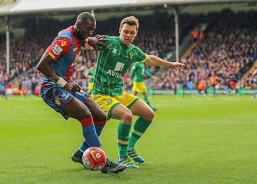 09.04.2016. Selhurst Park, London, England. Barclays Premier League. Crystal Palace versus Norwich. Crystal Palace Midfielder Yannick Bolasie feels pressure from Norwich City Midfielder Jonathan Howson