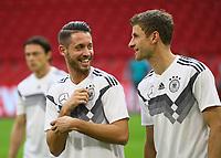 Mark Uth (Deutschland Germany) mit Thomas Mueller (Deutschland Germany) - 12.10.2018: Abschlusstraining der Deutschen Nationalmannschaft vor dem UEFA Nations League Spiel gegen die Niederlande