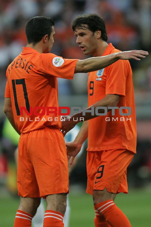 FIFA WM 2006 -  Gruppe C Vorrunde ( Group C )<br /> Play     #37 (21-Jun) - Niederland ( Holland ) - Argentinien 0:0<br /> <br /> Robin Van Persie (links) von Niederlande im Gespr&auml;ch mit<br /> Ruud Van Nistelrooij (rechts).<br /> <br /> Foto &copy; nordphoto