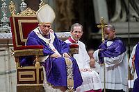 Papa Benedetto XVI durante una messa nella Basilica di San Pietro