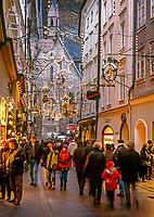 Oesterreich, Salzburger Land, Salzburg: in der Getreidegasse zur Weihnachtszeit | Austria, Salzburger Land, Salzburg, Getreidegasse at advent season