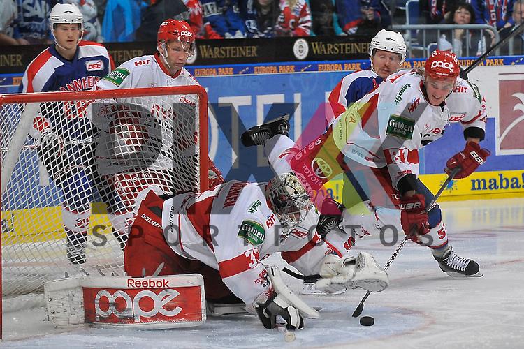 Mannheim 23.11.12 DEL, Adler Mannheim - Koelner Haie, Mannheims Ronny Arendt (Nr.57) gegen Koelns Torsten Ankert (Nr.81) <br /> und Koelns Danny Aus den Birken (Nr.33) <br /> <br /> Foto &copy; Ice-Hockey-Picture-24 *** Foto ist honorarpflichtig! *** Auf Anfrage in hoeherer Qualitaet/Aufloesung. Belegexemplar erbeten. Veroeffentlichung ausschliesslich fuer journalistisch-publizistische Zwecke. For editorial use only.