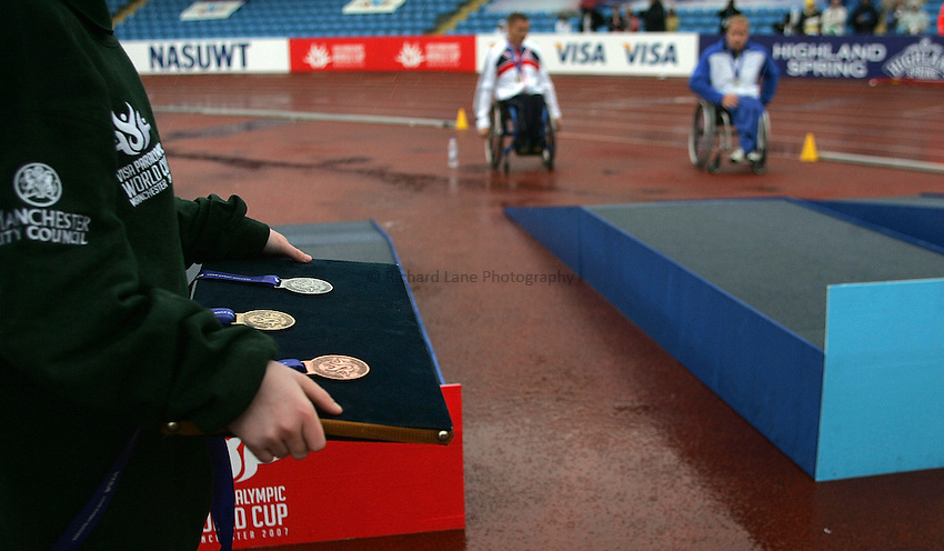 Photo: Paul Thomas..VISA Paralympic World Cup 2007. Athletics. 13/05/2007...Medal ceremony.