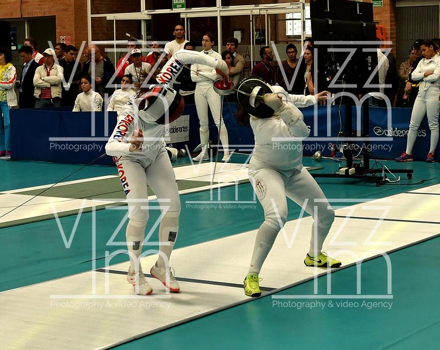 BOGOTA – COLOMBIA – 27 – 05 – 2017: Sera Song (Izq.) de Corea, combate con Eliana Caicedo (Der.) de Colombia, durante Damas Mayores Epee del Gran Prix de Espada Bogota 2017, que se realiza en el Centro de Alto Rendimiento en Altura, del 26 al 28 de mayo del presente año en la ciudad de Bogota.  / Sera Song (L) from Korea, fights with Eliana Caicedo (R) from Colombia, during Senior Women´s Epee of the Grand Prix of Espada Bogota 2017, that takes place in the Center of High Performance in Height, from the 26 to the 28 of May of the present year in The city of Bogota.  / Photo: VizzorImage / Luis Ramirez / Staff.
