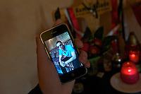 In der Nacht zum 24. Oktober 2010 wurde der 21jaehrige Kamal Kilade im Leipziger &quot;Mueller Park&quot; von den Neonazis Marcus E. und Daniel K. ermordet. Markus E. wurde zu 13 Jahren Haft und Sicherheitsverwahrung verurteilt. Daniel K. wurde zu 3 Jahren Haft verurteilt.<br /> Im Bild: Ein Foto von Kamal auf dem Handy.<br /> 20.2.2012, Leipzig<br /> Copyright: Christian-Ditsch.de<br /> [Inhaltsveraendernde Manipulation des Fotos nur nach ausdruecklicher Genehmigung des Fotografen. Vereinbarungen ueber Abtretung von Persoenlichkeitsrechten/Model Release der abgebildeten Person/Personen liegen nicht vor. NO MODEL RELEASE! Nur fuer Redaktionelle Zwecke. Don't publish without copyright Christian-Ditsch.de, Veroeffentlichung nur mit Fotografennennung, sowie gegen Honorar, MwSt. und Beleg. Konto: I N G - D i B a, IBAN DE58500105175400192269, BIC INGDDEFFXXX, Kontakt: post@christian-ditsch.de<br /> Bei der Bearbeitung der Dateiinformationen darf die Urheberkennzeichnung in den EXIF- und  IPTC-Daten nicht entfernt werden, diese sind in digitalen Medien nach &sect;95c UrhG rechtlich geschuetzt. Der Urhebervermerk wird gemaess &sect;13 UrhG verlangt.]