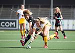 AMSTELVEEN - Hockey - Hoofdklasse competitie dames. AMSTERDAM-DEN BOSCH (3-1) Maartje Krekelaar (Den Bosch) met Maria Verschoor (A'dam) . COPYRIGHT KOEN SUYK