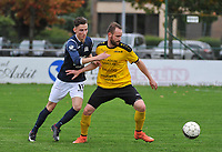 SCT MENEN - KVC WINGENE :<br /> Bart Buysse (R) is sterker aan de bal dan Jens Hoornaert (L)<br /> <br /> Foto VDB / Bart Vandenbroucke