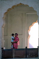 Pakistan  Lahore  1986..Mother and child to the Badshahi Mosque..