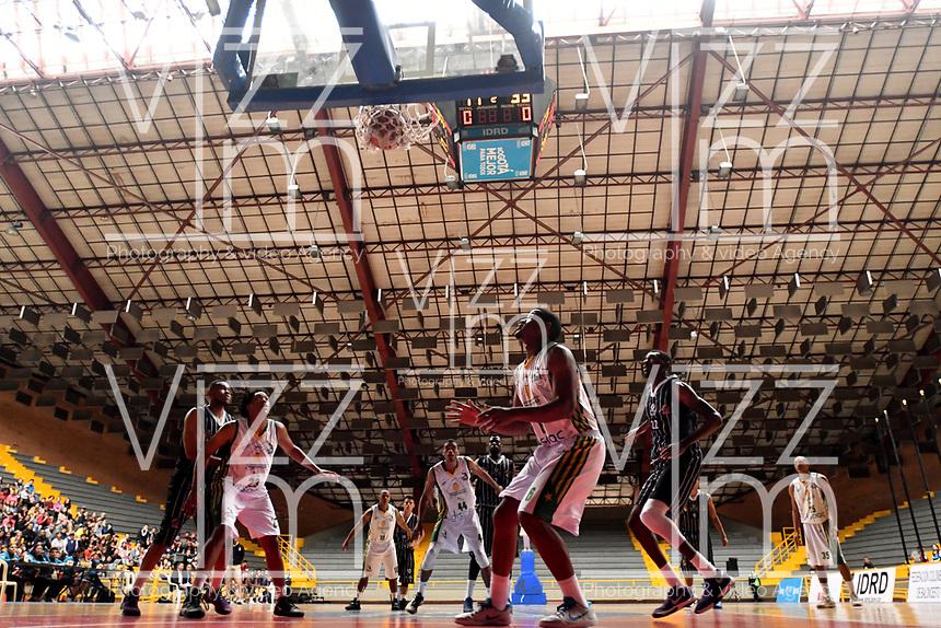 BOGOTA – COLOMBIA - 21 – 05 - 2017: Los jugadores de Piratas y de Cimarrones, durante partido entre Piratas de Bogota y Cimarrones de Choco por la fecha 2 de Liga  Profesional de Baloncesto Colombiano 2017 en partido jugado en el Coliseo El Salitre de la ciudad de Bogota. / The players of Piratas and Cimarrones, during a match between Piratas of Bogota and Cimarrones of Choco, of the date 2 for La Liga  Profesional de Baloncesto Colombiano 2017, game at the El Salitre Coliseum in Bogota City. Photo: VizzorImage / Luis Ramirez / Staff.