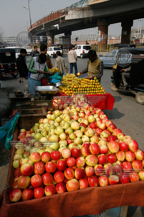 Kashmir apples being sold by the roadside.Srinagar, Kashmir, India. © Fredrik Naumann/Felix Features