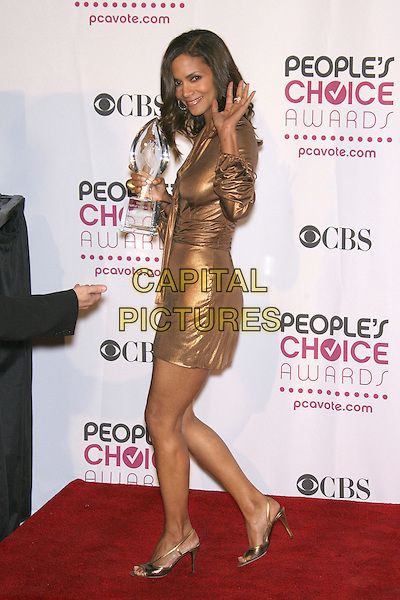 HALLE BERRY (winner Favorite Female Action Star).The 33rd Annual People's Choice Awards - Press Room held at The Shrine Auditorium, Los Angeles, California, USA..January 9th, 2007.full length gold metallic dress award trophy hand waving.CAP/ADM/ZL.©Zach Lipp/AdMedia/Capital Pictures