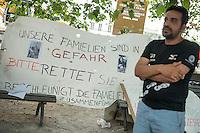 """Mahnwache """"Ich vermisse meine Familie"""" der Fluechtlingsinitiative """"people meet people - Respekt e.V."""" am Mittwoch den 27. Juli 2016 vor dem Auswaertigen Amt.<br /> Die Fluechtlingsinitiative aus dem brandenburgischen Bad Belzig und die Gefluechteten demonstrieren stellvertretend fuer viele syrische Vaeter, Frauen und Kinder fuer Ihren Wunsch nach einer Verbesserung der Familienzusammenfuehrung. Manche der Gefleuchteten warten seit Jahren auf die Erlaubnis ihre Kinder, Ehemaenner oder Ehefrauen aus dem Kriegsgebiet in Syrien nach Deutschland holen zu duerfen.<br /> Die Gefluechteten versuchten ein Gespraech mit einem Verantwortlichen aus dem Auswaertigen Amt zu bekommen, wurden aber vertroestet. Sie wollen ihren Protest zehn Tage lang durchfuehren.<br /> 27.7.2016, Berlin<br /> Copyright: Christian-Ditsch.de<br /> [Inhaltsveraendernde Manipulation des Fotos nur nach ausdruecklicher Genehmigung des Fotografen. Vereinbarungen ueber Abtretung von Persoenlichkeitsrechten/Model Release der abgebildeten Person/Personen liegen nicht vor. NO MODEL RELEASE! Nur fuer Redaktionelle Zwecke. Don't publish without copyright Christian-Ditsch.de, Veroeffentlichung nur mit Fotografennennung, sowie gegen Honorar, MwSt. und Beleg. Konto: I N G - D i B a, IBAN DE58500105175400192269, BIC INGDDEFFXXX, Kontakt: post@christian-ditsch.de<br /> Bei der Bearbeitung der Dateiinformationen darf die Urheberkennzeichnung in den EXIF- und  IPTC-Daten nicht entfernt werden, diese sind in digitalen Medien nach §95c UrhG rechtlich geschuetzt. Der Urhebervermerk wird gemaess §13 UrhG verlangt.]"""