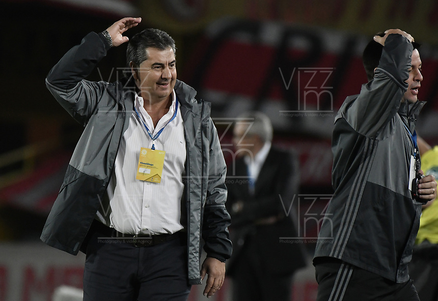 BOGOTÁ - COLOMBIA, 05-11-2017: Jorge Da Silva, técnico del America, gesticula durante el encuentro entre Independiente Santa Fe y America de Cali por la fecha 19 de la Liga Aguila II 2017 jugado en el estadio Nemesio Camacho El Campin de la ciudad de Bogota. / Jorge Da Silva, coach of America, gestures during match between Independiente Santa Fe and America de Cali for the date 19 of the Aguila League II 2017 played at the Nemesio Camacho El Campin Stadium in Bogota city. Photo: VizzorImage/ Gabriel Aponte / Staff