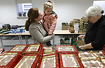 Foto: VidiPhoto<br /> <br /> ZETTEN &ndash; Vrijwilligers hebben woensdag in Zetten 900 kerstpakketten gereedgemaakt voor Poolse werknemers in de Betuwe en het Rivierengebied. De pakketten worden onder meer voorzien van een groot stuk chocolade, een armbandje voor de kinderen, een Pools Nieuw Testament en een Bijbels dagboek of scheurkalender. De actie is een idee van de gezamenlijke protestantse kerken in de Betuwe, een regio waar veel Polen werken in de land- en tuinbouwsector. Veel werkgevers in de Betuwse fruitteelt en laanboomsector zijn kerkelijk meelevend. Omdat veel Poolse vaders soms maandenlang van huis zijn, wordt voor hun gezin een kerstpakket samengesteld. Die worden de komende weken uitgedeeld bij diverse werkgevers onder hun personeel. Kerst vieren ze vrijwel allemaal in eigen land. De Betuwse kerken en werkgevers willen hiermee hun verbondenheid met het Poolse volk tot uiting brengen. De pakketten zijn gratis en worden bekostigd door de plaatselijke diaconie&euml;n en uit sponsorgelden van bedrijven in de regio. Het aantal kerstpakketten dat uitgedeeld wordt neemt ieder jaar toe.