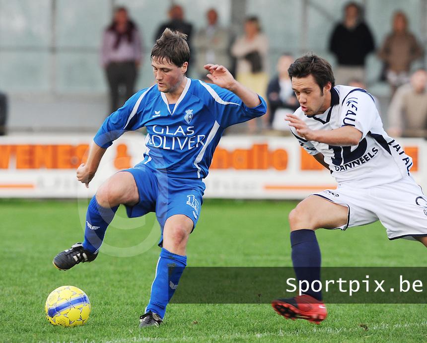 KSV Rumbeke - KVC Wingene : Jasper Vanoosthuyse aan de bal met de aanstormde Mattias Van Holm naast zich.foto VDB / BART VANDENBROUCKE