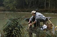 Europe/France/Centre/41/Loir-et-Cher/Sologne: Gilles Martinet chef de l'hôtel du Centre à Chitenay pêche une carpe dans un étang - AUTO N°A28