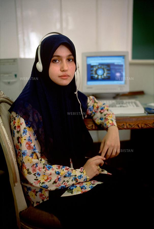 2000. Libya. Tripoli. Portrait of a veiled female student in a cybercafé. Libye. Tripoli. Portrait d'une étudiante voilée dans un cybercafé.