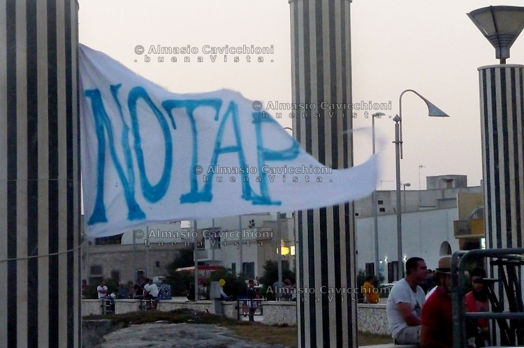 Puglia, Salento, Manifestazione del comitato NO TAP a San Foca dove dovrebbe arrivare il gasdotto dall'Azerbaigian. Cartelli contro la realizzazione della TAP, Trans Adriatic Pipeline<br /> Apulia, Salento, Protest of the NO TAP committee in  San Foca where the pipeline from Azerbaijan should arrive. Placards against the realization of the TAP, Trans Adriatic Pipeline