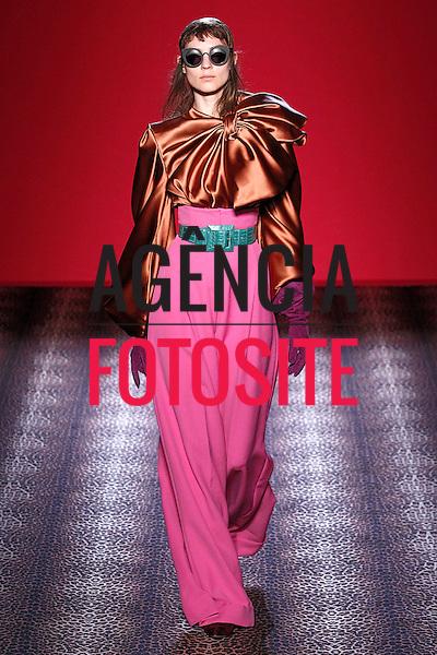Paris, Franca &ndash; 07/2014 - Desfile de Schiaparelli durante a Semana de moda de alta Costura de Paris - Inverno 2014. <br /> Foto: FOTOSITE