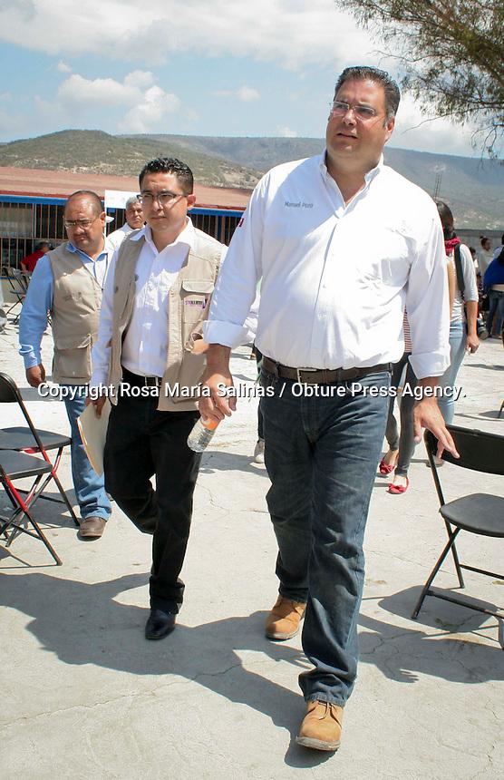 Quer&eacute;taro, Qro. 25 de marzo de 2014.- La Secretar&iacute;a de Desarrollo Social (Sedesol) delegaci&oacute;n Quer&eacute;taro, hizo llegar a la comunidad de &quot;La gotera&quot; en la delegaci&oacute;n de Santa Rosa J&aacute;uregui el inicio del programa &quot;Oportunidades sin hambre&quot;. En los pr&oacute;ximos d&iacute;as se estar&aacute;n realizando encuestas a las familias del lugar para hacer la identificaci&oacute;n de las necesidades  y de esta manera hacerles llegar la ayuda. <br /> Adem&aacute;s se les ofrece servicios como: regularizaci&oacute;n educativa a trav&eacute;s del INEA y seguro popular, entre otras cosas.<br /> Este evento fue encabezado por el delegado Sedesol Quer&eacute;taro, Manuel Pozo Cabrera. <br /> <br /> Foto: Rosa Mar&iacute;a Salinas/ Obture Press Agency.