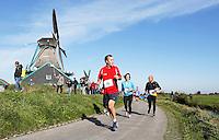 Nederland Zaanse Schans. Deelnemers aan de Zaanse Schansloop. De Zaanse Schansloop gaat door de Kalverpolder en langs de molens. Foto Berlinda van Dam / Hollandse Hoogte