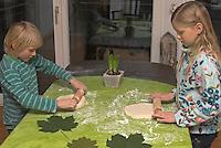 Kinder basteln Blattkacheln aus Salzteig, Kinder rollen den Salzteig aus