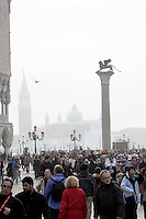 Turisti affollano la Piazzetta San Marco a Venezia.<br /> Tourists crowd the Piazzetta San Marco in Venice.<br /> UPDATE IMAGES PRESS/Riccardo De Luca