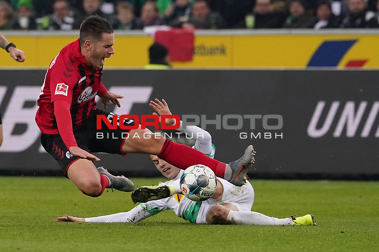 01.12.2019, Borussia Park , Moenchengladbach, GER, 1. FBL,  Borussia Moenchengladbach vs. SC Freiburg,<br />  <br /> DFL regulations prohibit any use of photographs as image sequences and/or quasi-video<br /> <br /> im Bild / picture shows: <br /> Laszlo Benes (Gladbach #22), im Zweikampf gegen  CHRISTIAN GÜNTER / Guenter (Freiburg #30), <br /> <br /> Foto © nordphoto / Meuter