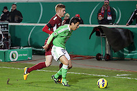 Makoto Hasebe (Wolfsburg) gegen Mathias Fetsch (OFC)