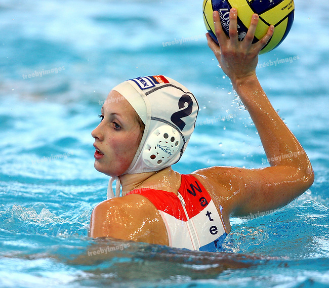 Fina World Swimming Championships Melbourne 2007. Water Polo 19/3/07, Netherlands v USA, the Netherlands lost a close game in the 1st round to the USA . Yasemin Smit looks to pass
