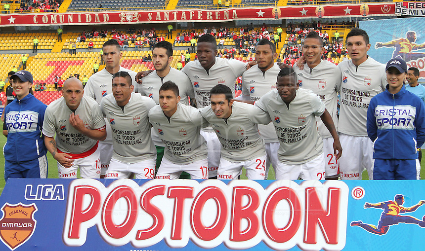 BOGOTA -COLOMBIA- 29 -09-2013. Formacion del Independiente Santa Fe. Jugadores de Independiente Santa Fe y de Independiente Medellin ingresan al campo de juego con camisetas del mismo color llevando un mensaje directo  a los violentos.  , partido correspondiente a la doceava fecha de La Liga Postobon segundo semestre jugado en el estadio Nemesio Camacho El Campin / Formation of the Independiente Santa Fe Santa Fe Independent Players Independiente Medellin and enter the field with the same color shirts bearing a direct message to the violent. , The twelfth game in La Liga Postobon date second half played in the Estadio Nemesio Camacho El Campin.Photo: VizzorImage / Felipe Caicedo / Staff