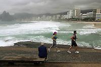 Rio de Janeiro,8 de Junho de 2012- Movimenta&ccedil;&atilde;o na  praia do Arpoador ,nessa sexta-feira (8), tempo chuvoso, na  capital  fluminense .<br /> Guto Maia / Brazil Photo Press