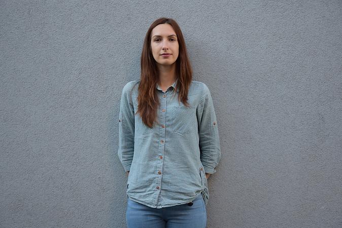 Valeria Moiseieva, 31 Jahre alt, aus Kiew, <br /> Valeria Moiseieva ist Direktorin von #MediaHub, einem Co Working Space/ <br /> <br />Ab dem 11.Juni k&ouml;nnen Ukrainer ohne Visum f&uuml;r 90 Tage in die EU. Portraits von Ukrainern/<br /><br />&bdquo;Ich reise gern und nat&uuml;rlich freue ich mich &uuml;ber die Visa-Freiheit. Jedes Mal zu einer Botschaft gehen zu m&uuml;ssen, wenn man in die EU reisen will, war kein Vergn&uuml;gen. Dieser Prozess war mit Unsicherheit, Stress und oft auch mit dem Gef&uuml;hl der Erniedrigung verbunden. Mein Freund wohnt in Berlin, er als EU-B&uuml;rger kann mich jederzeit ohne Visum in Kiew besuchen. Jetzt werde ich auch spontan zu ihm fliegen k&ouml;nnen, das ist toll. Gleichzeitig macht mir die Visa-Freiheit Sorgen. Nun wird sich unsere Regierung damit br&uuml;sten, sie h&auml;tten es geschafft, alle Forderungen der EU f&uuml;r ein Visa-freies Reisen zu erf&uuml;llen. Tats&auml;chlich wurden zum Beispiel Antikorruptionsbeh&ouml;rden gegr&uuml;ndet. Was aber vergessen wird ist, dass das unter einem enormen Druck seitens der EU und einheimischer Aktivisten geschah, und schon jetzt verschlimmert sich die Lage wieder. Diverse Politiker versuchen, die T&auml;tigkeit dieser Beh&ouml;rden einzuschr&auml;nken. Ich hoffe, dass die EU weiter dabei bleibt, unsere Regierung zu kontrollieren und dass sie weiterhin Instrumente daf&uuml;r hat. Nur der gleichzeitige Druck von innen und au&szlig;en kann zum Erfolg bei der Korruptionsbek&auml;mpfung f&uuml;hren und zu echten Ver&auml;nderungen in unserem Land.&ldquo;