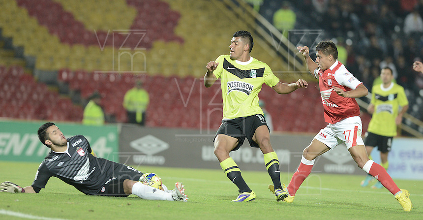 BOGOTÁ -COLOMBIA, 28-11-2013. Camilo Vargas (I) arquero de Independiente Santa Fe disputa el balón con Jefferson Duque (C) del Atlético Nacional durante partido por la fecha 1 de los cuadrangulares finales de la Liga Postobón  II 2013 jugado en el estadio Nemesio Camacho el Campín de la ciudad de Bogotá./ Independiente Santa Fe goalkeeper Camilo Vargas (L) fights for the ball with Atletico Nacional player Jefferson Duque (C) during match for the first date of final quadrangulars of the Postobon  League II 2013 played at Nemesio Camacho El Campin stadium in Bogotá city. Photo: VizzorImage/ Gabriel Aponte /