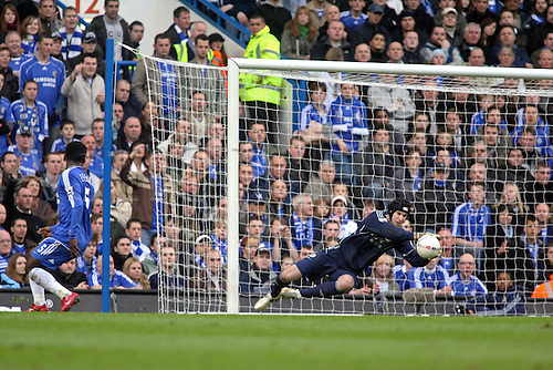 28 January 2007: Chelsea goalkeeper Petr Cech makes a save during the FA Cup 4th Round game between Chelsea and Nottingham Forest played at Stamford Bridge. Chelsea won the game 3-0  Photo: Actionplus....070128 football soccer player keeper headguard