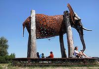 Nederland  Amsterdam 2020.  The Weeping Elephant  is een sculptuur van een Afrikaanse olifant die op reis is. De olifant verschijnt in verschillende steden om een ode aan de wildernis te brengen, om mensen te verrassen en stil te laten staan bij de invloed en de schoonheid van de natuur. Foto Berlinda van Dam / Hollandse Hoogte