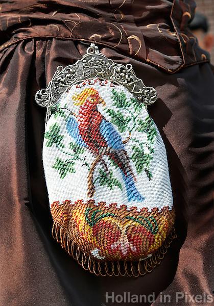 Westfriese Folkloredagen in Schagen. Sinds 1953 organiseert de Stichting ter Bevordering van de West-Friese Folklore de 10 West-Friese donderdagen. Deze donderdagen staan in het teken van o.a. leven, werken en kleden anno 1910. Gebreid kralentasje met beugel