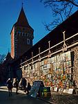 Galeria obrazów na murze starego miasta przy Bramie Floriańskiej w Krakowie.  Picture Gallery on the wall of the old town at the Florian Gate in Cracow, Poland