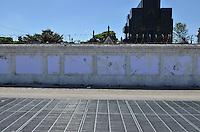 SÃO PAULO, SP, 14 DE SETEMBRO DE 2013 - RETIRADA EXPOSICAO PROTESTOS - Exposição de fotos dos protestos ocorridos em São Pauo, promovida pelo coletivo FotoProtestoSP foi retirada do muro do cemitério do Araçá ontem, dia 13. FOTO: ALEXANDRE MOREIRA / BRAZIL PHOTO PRESS