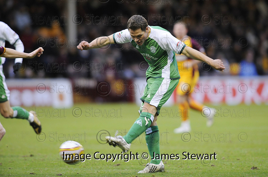 22/11/2008  Copyright Pic: James Stewart.File Name : sct_jspa01_motherwell_v_hibernian.JOHN RANKIN SCORES HIBS FIRST.James Stewart Photo Agency 19 Carronlea Drive, Falkirk. FK2 8DN      Vat Reg No. 607 6932 25.Studio      : +44 (0)1324 611191 .Mobile      : +44 (0)7721 416997.E-mail  :  jim@jspa.co.uk.If you require further information then contact Jim Stewart on any of the numbers above.........
