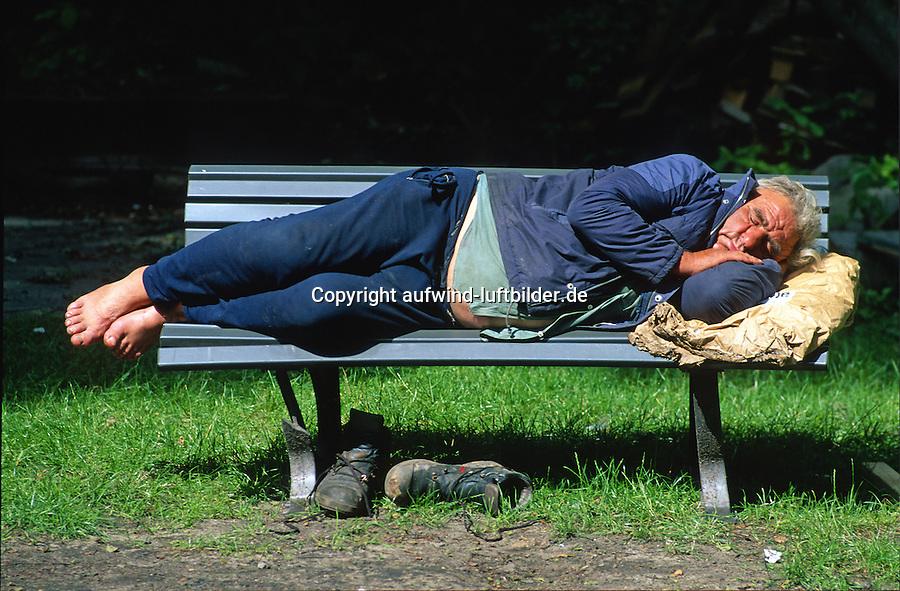 Karl der Lebenskuenstler: EUROPA, DEUTSCHLAND, HAMBURG, BERGEDORF (EUROPE, GERMANY), 09.09.2010 Karl der Lebenskuensteler oder auch Seemann, Seemann hat die Weltmeere befahren und ist in Hamburg haengen geblieben, der aelterliche Bauernhof ist an den aelteren Bruder vererbt worden. Karl war ein Lebenskuenstler, er war freundlich und nett zu allen Menschen. Karl war der kraeftigste Mann den ich kenne, Achtung !!! wenn das Bild verwand wird, darf nicht Saeufer oder Landstreicher als Text stehen, Karl war anders. Er wurde von einem Auto angefahren, hatte eine Infektion im Bein und ist daran gestorben. Er ist an einem Lagerfeuer in der Nacht eingeschlafen und gestorben.