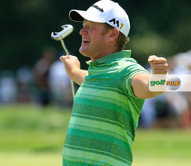 Jamie Donaldson (WAL) jokes with Andy Sullivan (ENG) on the practice green during Wednesday's Practice Day of the 2016 U.S. Open Championship held at Oakmont Country Club, Oakmont, Pittsburgh, Pennsylvania, United States of America. 15th June 2016.<br /> Picture: Eoin Clarke | Golffile<br /> <br /> <br /> All photos usage must carry mandatory copyright credit (&copy; Golffile | Eoin Clarke)