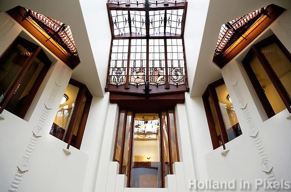 Nederland  Amsterdam - 2017.   Open Monumentendag. Het Scheepvaarthuis -  Grand Hotel Amrath. Het Scheepvaarthuis is ontworpen door J.M van der Mey.  Glas-in-loodraam in het trappenhuis.  Foto Berlinda van Dam / Hollandse Hoogte