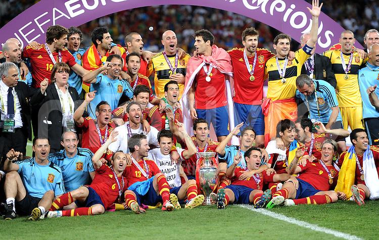 FUSSBALL  EUROPAMEISTERSCHAFT 2012   FINALE Spanien - Italien            01.07.2012 Spanisches Teamphoto mit EM Pokal