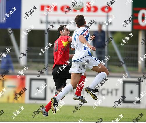 2009-09-06 / Voetbal / seizoen 2009-2010 / Kapellen - KVV Coxyde / Slobodan Slovic (L, Kapellen) gaat in duel met Dieter Dever..Foto: Maarten Straetemans (SMB)