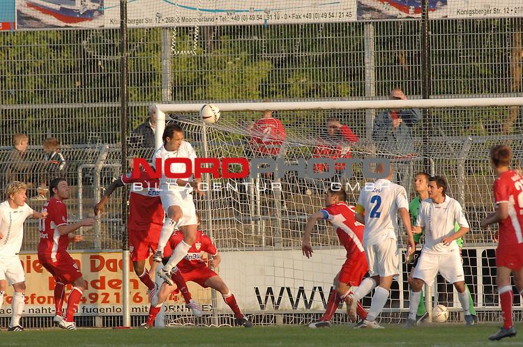 3. FBL 2008/2009 36. Spieltag RŁckrunde BSV Kickers Emden vs. VfB Stuttgart II, Andy Nšgelein (Emden #22) mit dem Kopf zum Ball im Stuttgarter Strafraum  , Foto © nph (nordphoto)