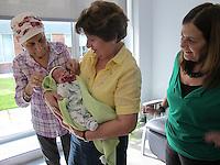Nacimiento de Helena 3,80 Kg con sus tías abuelas.