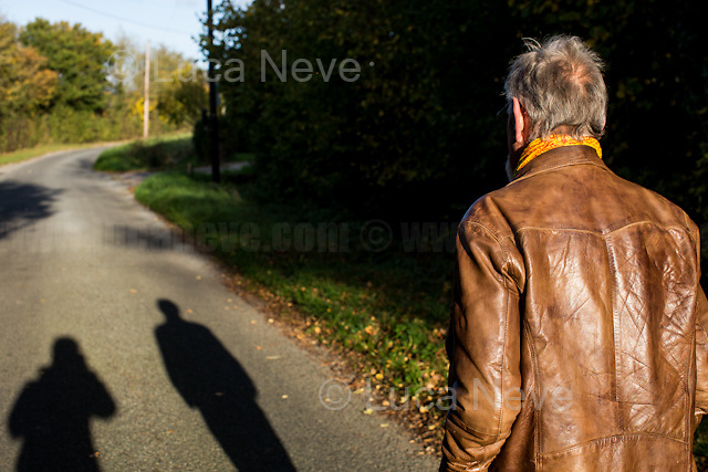 East of England, 27/10/2017. Meeting the Artist Lee Harris in his countryside listed cottage in the East of England. <br /> &lt;&lt;Lee Harris (born 1936 in Johannesburg), is a South African writer and performer. He was one of the few white members of the African National Congress, where he helped with the Congress of the People and met Nelson Mandela. He acted with Orson Welles, Dame Flora Robson, wrote for the British underground press including International Times, helped found the Arts Lab and has been an instrumental figure in the British counterculture movement since the seventies when he published Brainstorm Comix and Home Grown magazine. [&hellip;] In 1972 Harris opened a shop in the Portobello Road, London called Alchemy - named after The Alchemical Wedding. The shop [which closed the 31 December 2016, used] to sell items such as incense, postcards, pipes and smoking accessories, vaporisers as well as others. It remains a focus and gathering point for alternative Londoners to the present day and is London's oldest culture shop. In 1990 Harris was sentenced to three months imprisonment for selling items such as cigarette papers and pipes 'believed to be used for the smoking of cannabis'. The sentence was quashed on appeal, and headshops opened all over the country. [&hellip;] Harris stood as the Cannabis Is Safer Than Alcohol candidate in the 2016 London Mayoral election. He was positioned in ninth place out of twelve candidates, obtaining 20,537 first round votes (0.8%), and 67,495 second preference votes [&hellip;]&gt;&gt; (Source - Wikipedia.org).<br /> <br /> For more information about Lee Harris please click here: http://bit.ly/2oLKXev &amp; http://www.homegrownmagazine.co.uk/ &amp; http://leeharris.co.uk/ &amp; http://www.newantiquerecords.com/shineonleeharris/ &amp; https://soundcloud.com/newantiquerecords<br />   <br /> For more events where I documented Lee Harris please click here: http://bit.ly/2qGm7SD &amp; http://bit.ly/1XA7lo2 &amp; http://bit.