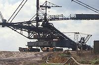 - east Germany, giant excavator machine in a mine of lignite coal (brown coal) near Zeitz....- Germania orientale, macchina escavatrice gigante in una miniera di carbone lignite nei pressi di Zeitz